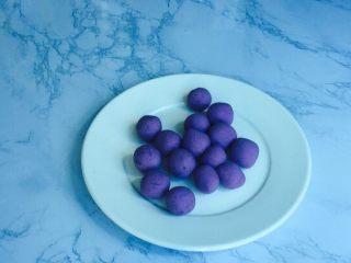 甜蜜紫薯球,在分成同等小剂子,约8-10克左右,太大不易熟且难炸!