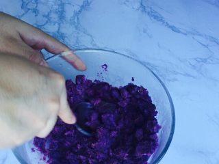 甜蜜紫薯球,蒸熟后用勺子压碎,压的越碎越好!口感越细腻!