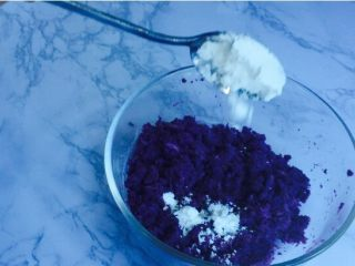 甜蜜紫薯球,加入玉米淀粉30克,不要用面粉替代,尽量按方走!