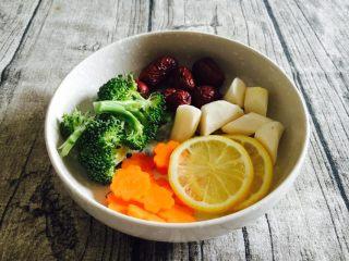 竹荪炖笨鸡汤,辅助食材,大枣、胡萝卜、西兰花、山药,柠檬片。