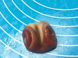 七夕献礼~香芋桃花酥,取一个卷卷用食指从中间压一下,两边往上翻