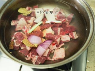 超好吃的苹果炖牛腩,1、牛腩切块冷水下锅煮出杂质 煮开把浮末撇干净