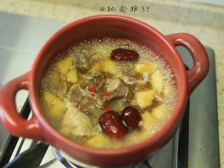 超好吃的苹果炖牛腩,7、将原汤跟牛腩、红枣、枸杞全部放在砂锅内煮五分钟左右