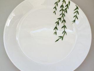 餐盘画——立春,把剪好的柳叶有序的摆放在上面
