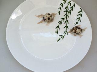 餐盘画——立春,把鹌鹑蛋摆在上面,两只小燕子完成