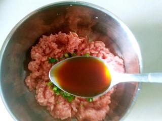 鸡蛋肉卷,加入一小勺蚝油,一小勺鸡精在肉馅里