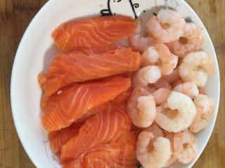 减脂低热量越南春卷,虾仁焯熟,三文鱼中段切片备用