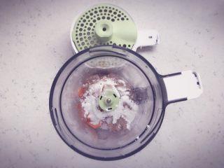 胡萝卜鲜虾条 宝宝辅食,将煮好的胡萝卜和处理好的虾肉放入辅食机中,加入适量的淀粉搅打成细腻的虾泥