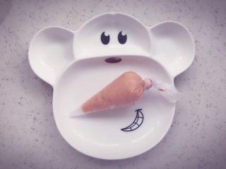 胡萝卜鲜虾条 宝宝辅食,将裱花袋顶端封口扎紧,底端剪一个口