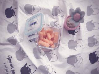胡萝卜鲜虾条 宝宝辅食,吃不完的用密封盒装好放冷冻,吃的时候取出蒸热即可