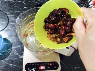 红糖枸杞老姜茶,洗干净的红枣倒入壶中!