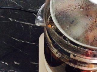 红糖枸杞老姜茶,等到养生壶开了以后,把盖子打开一个小缝隙。避免水扑出来!