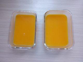 芒果布丁棉花糖,将做好的布丁液倒入玻璃密封盒里,放冰箱冷藏三个多小时至凝固