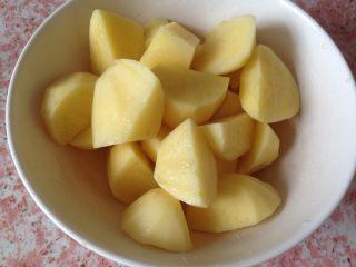 西红柿土豆炖牛肉,土豆削皮切块备用