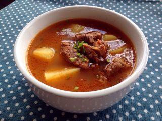 西红柿土豆炖牛肉,汤比肉好吃,先喝碗汤,西红柿的酸甜融合了洋葱的甜和土豆的粉,牛肉的肉香,真的是太鲜美了!
