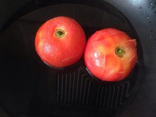 西红柿土豆炖牛肉,西红柿开水烫煮去皮