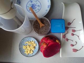 水果酸奶花样制作,糖渍樱花过水去除盐,用厨房纸巾压去水份。其他原材料准备好。