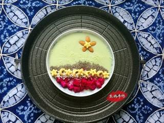 水果酸奶花样制作,心底花:小甜瓜+酸奶+火龙果+麦片+奇亚籽+蛋奶星星+坚果