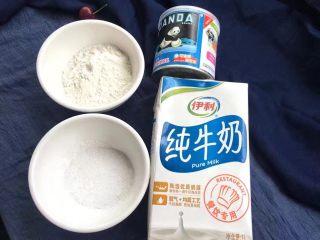脆皮炸鲜奶,准备牛奶250克、玉米淀粉50克、白糖25克和炼乳10克。