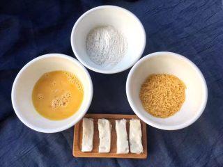 脆皮炸鲜奶,冰冻过的奶糊根据自己的喜好切条,再准备面粉、面包糠和鸡蛋打开用筷子打成蛋液。