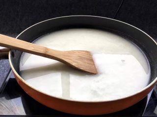 脆皮炸鲜奶,小火加热,等锅中温度上来后,用勺子或铲子不停搅拌。