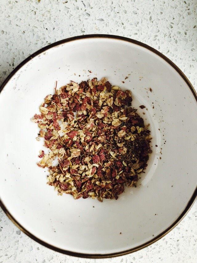 自制香菇酱,用锅加热一下后用碗压成大片装待用