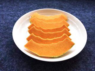 香糯南瓜饼,准备老南瓜一块,这样的南瓜非常甜。南瓜去皮去瓤,均匀切成片。