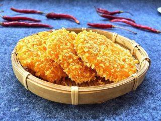 香糯南瓜饼,炸好的南瓜饼,用漏勺捞出来控干油装盘就可以食用了。