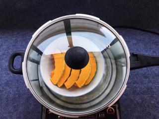 香糯南瓜饼,南瓜放入蒸锅中,调大火蒸20分钟。(蒸南瓜的时间可以灵活运用,看你切块大小定夺蒸的时间,蒸熟的标准以筷子轻轻插通南瓜片就可以了)