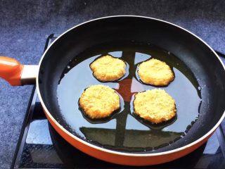 香糯南瓜饼,锅中倒入适量油,油三成热放入南瓜饼,小火慢慢炸至两面金黄色就好,切记,火不要大,面包糠是干的很容易糊,到时候炸糊了别问我没有告诉你哦!