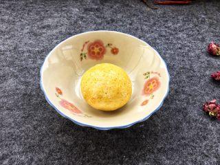 香糯南瓜饼,用手揉成光滑面团。