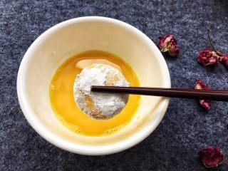 香糯南瓜饼,再裹上一层鸡蛋液。