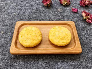 香糯南瓜饼,用手轻轻压扁放盘中待用。