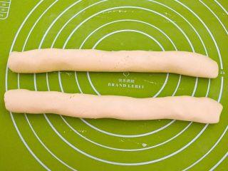 南瓜麻团,揉成直径2㎝左右的面条