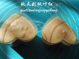 情人节佳品--木瓜酸奶布丁,将布丁液倒入模具中,然后放入冰箱冷藏直到凝固