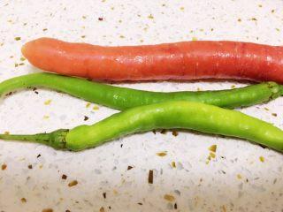 酸辣藕丁,为了调色,我搭配了青辣椒和胡萝卜。也可以选择不放。