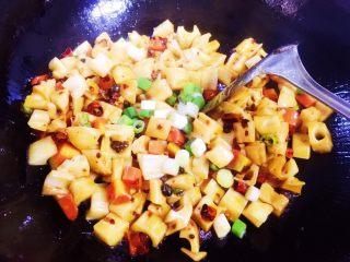 酸辣藕丁,翻炒均匀,午后放入大葱段(也可以最后出锅后撒点小葱。)