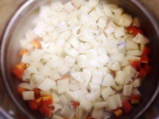 酸辣藕丁,锅里水烧开后,放入胡萝卜煮半分钟。再放入藕丁一起焯水一分钟左右。