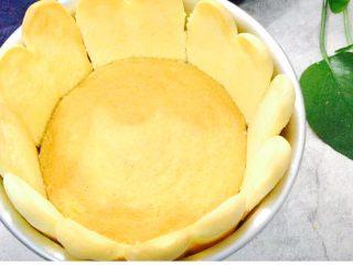 粉色心情,烤好的手指饼和饼底,放入模具中,手指饼截取合适的长度,围在模具内侧