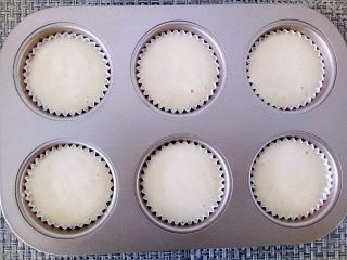海绵蛋糕,将完全混合好的面糊倒入纸膜中,