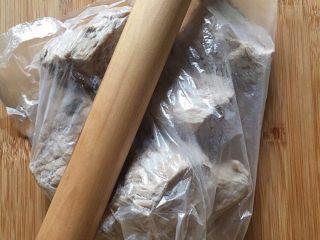 自制棉花猪肉松,煮熟的肉放入保鲜袋中。