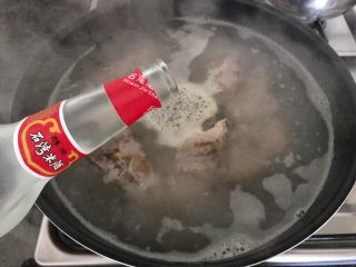 木瓜炖蟲草花肉骨汤,倒入米酒,撇去浮沫,