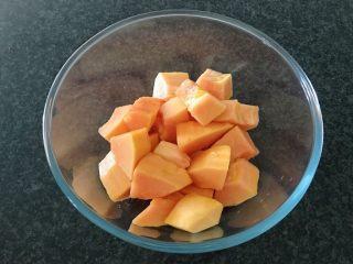 木瓜炖蟲草花肉骨汤,然后切块备用,