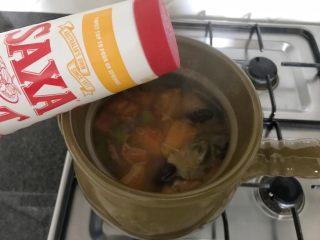 木瓜炖蟲草花肉骨汤,开大火,继续再煮5分钟左右,添加2-3g的盐,关火完成!