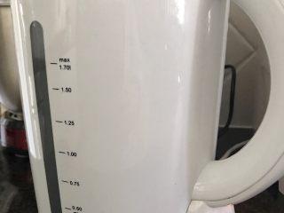木瓜炖蟲草花肉骨汤,接着煮一壶开水(1.7Ltr)