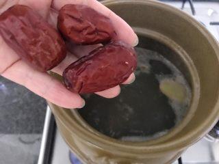 木瓜炖蟲草花肉骨汤,再将大红枣也加进来,