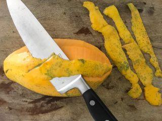 木瓜炖蟲草花肉骨汤,再用刀削去外皮,