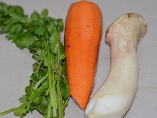 爽拌粉丝,其实其它材料,一根胡萝卜,一个杏鲍菇,一把香菜。