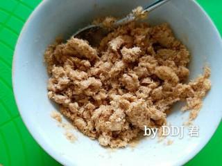 肉松小面包,松弛的时间就可以做馅儿了,酸奶和肉松拌均匀就可以了