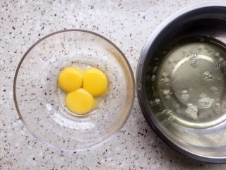 黑米红枣蒸糕,鸡蛋蛋白蛋清分离;